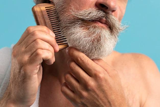 Vista frontale della barba di pettinatura senior