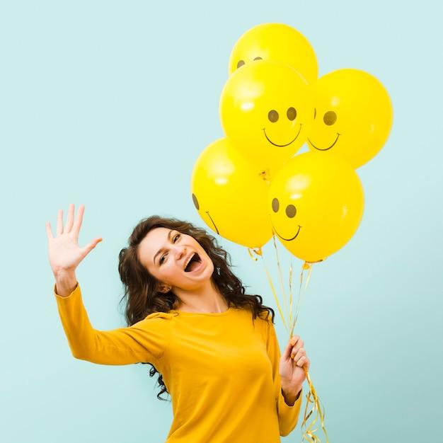 Vista frontale della bella donna con palloncini