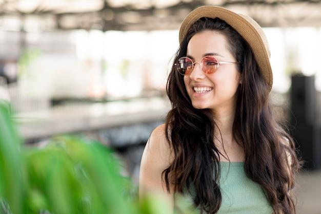 Vista frontale della bella donna sorridente