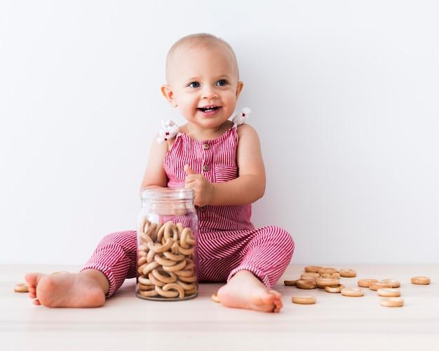Vista frontale della bella neonata sorridente