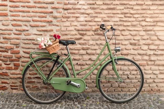 Vista frontale della bicicletta con cesto di fiori