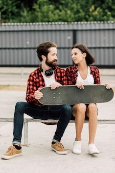 Vista frontale della coppia con abiti abbinati