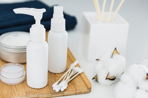 Vista frontale della crema e degli accessori di concetto del bagno