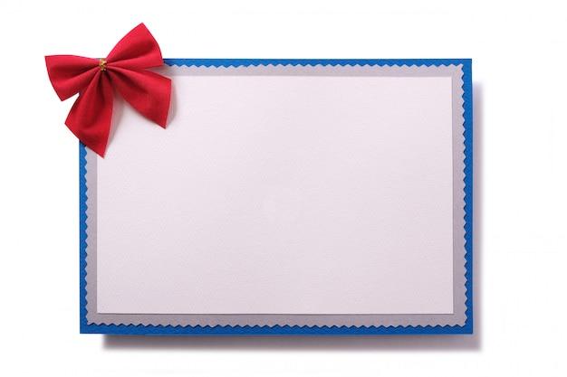 Vista frontale della decorazione rossa dell'arco della cartolina di natale