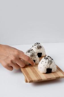 Vista frontale della deliziosa palla di riso sul trinciapaglia