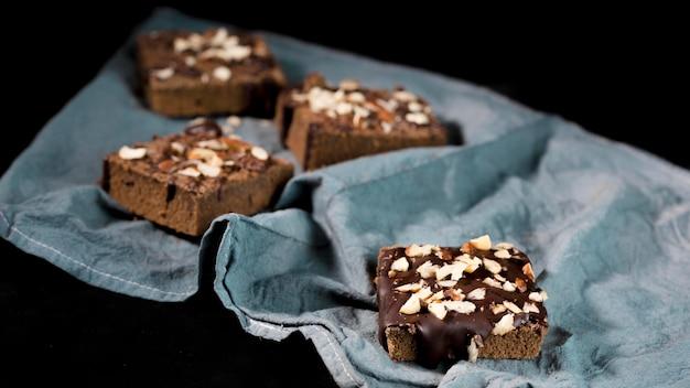 Vista frontale della deliziosa torta al cioccolato con mandorle