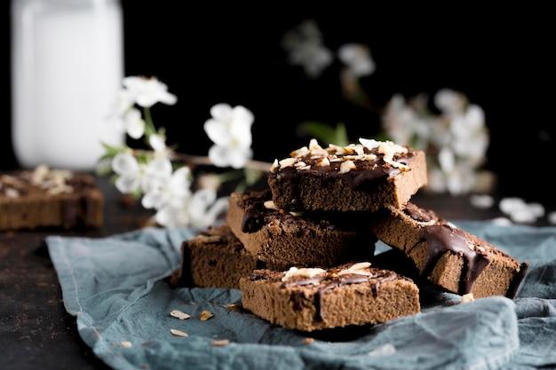 Vista frontale della deliziosa torta al cioccolato
