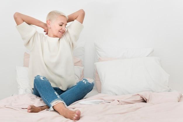 Vista frontale della donna anziana a letto con lo spazio della copia