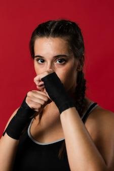 Vista frontale della donna atletica in vestiti di forma fisica