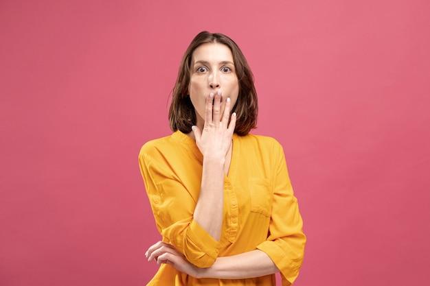 Vista frontale della donna che agisce scioccata
