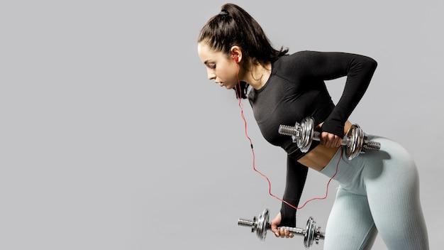 Vista frontale della donna che fa le esercitazioni