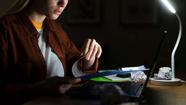 Vista frontale della donna che lavora allo scrittorio