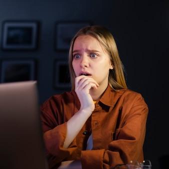 Vista frontale della donna che sembra preoccupazione