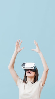 Vista frontale della donna che usando la cuffia avricolare di realtà virtuale con lo spazio della copia
