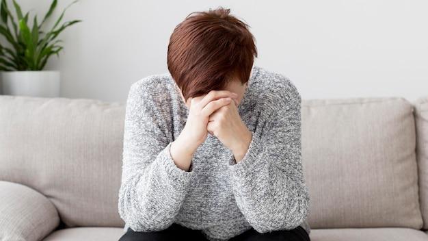 Vista frontale della donna con ansia sul divano