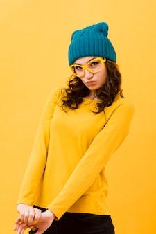 Vista frontale della donna con gli occhiali gialli
