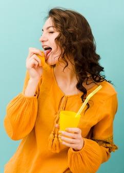 Vista frontale della donna con limonata