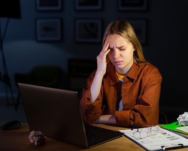 Vista frontale della donna con mal di testa