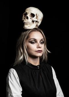 Vista frontale della donna con teschio sulla testa