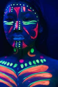 Vista frontale della donna con trucco fluorescente