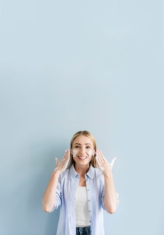 Vista frontale della donna felice che lava le sue mani e viso