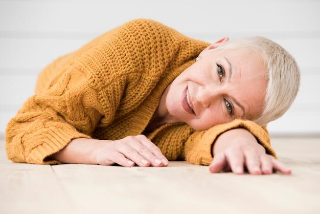 Vista frontale della donna matura che posa e che sorride
