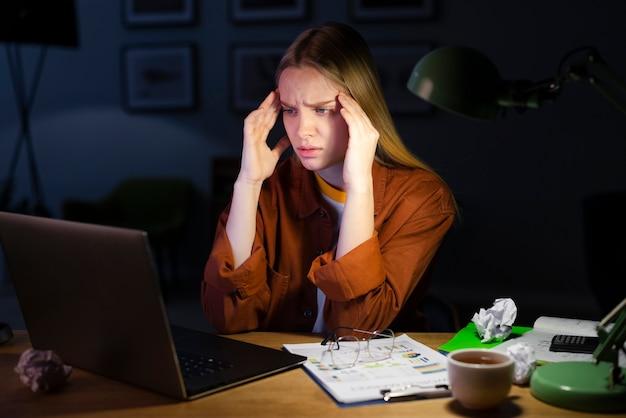 Vista frontale della donna seduta alla scrivania