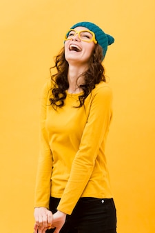 Vista frontale della donna sorridente con gli occhiali