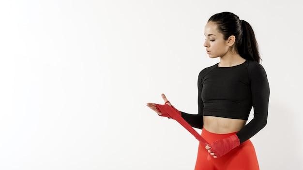 Vista frontale della donna sportiva con lo spazio della copia