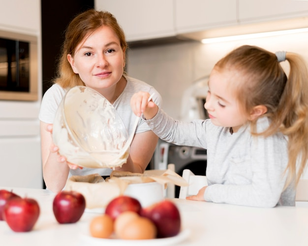 Vista frontale della famiglia carina cucinare insieme