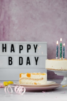 Vista frontale della fetta di torta con messaggio di buon compleanno
