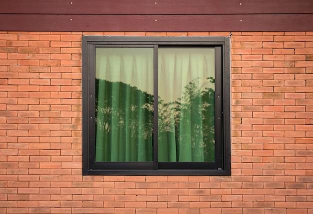 Vista frontale della finestra esterna sul muro di mattoni