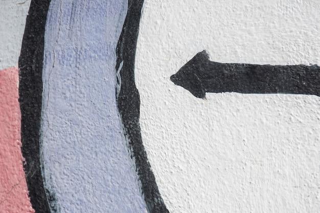 Vista frontale della freccia dipinta il nero dei graffiti