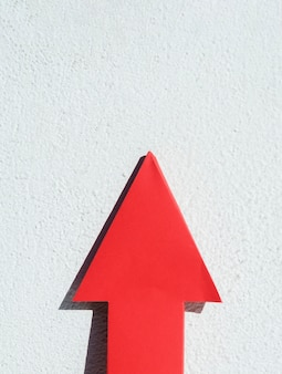 Vista frontale della freccia rossa con spazio di copia