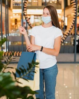 Vista frontale della giovane donna che indossa la maschera per il viso