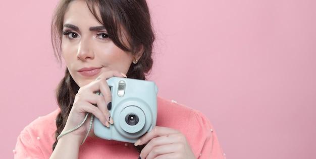 Vista frontale della macchina fotografica della tenuta della donna con lo spazio della copia