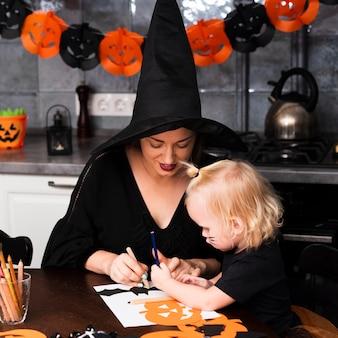 Vista frontale della madre e del bambino con elementi di halloween
