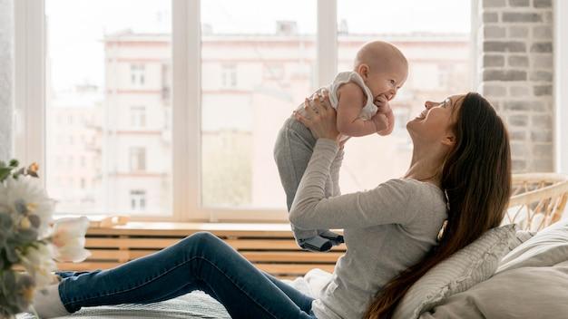 Vista frontale della madre e del bambino felici