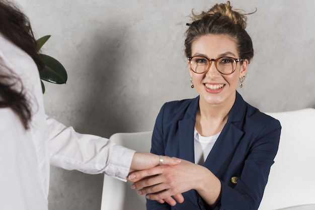 Vista frontale della mano della donna che stringe la persona delle risorse umane