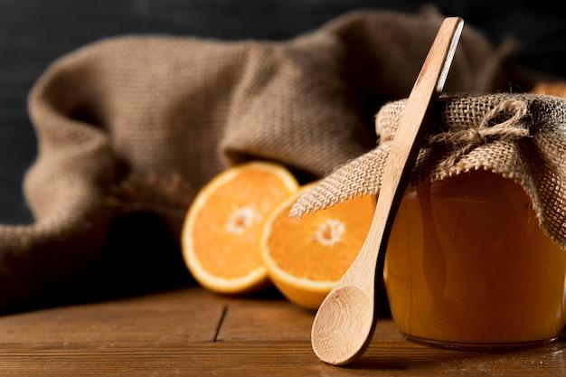 Vista frontale della marmellata di arance jay con il cucchiaio