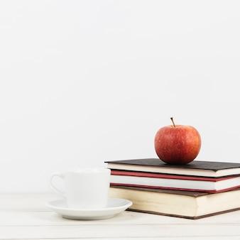 Vista frontale della mela sui libri con lo spazio della copia