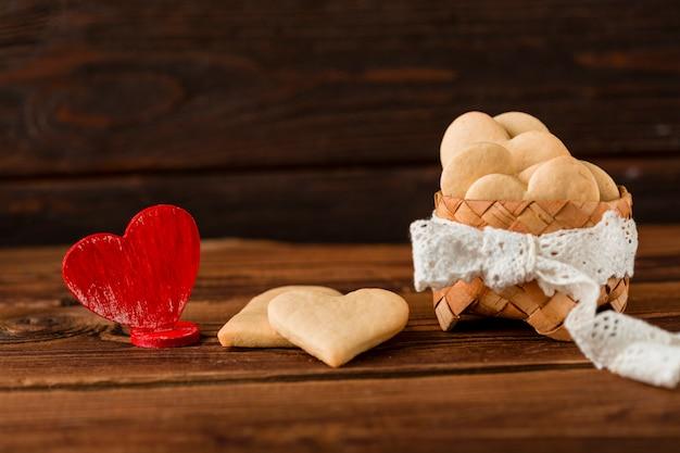 Vista frontale della merce nel carrello in forma di cuore dei biscotti