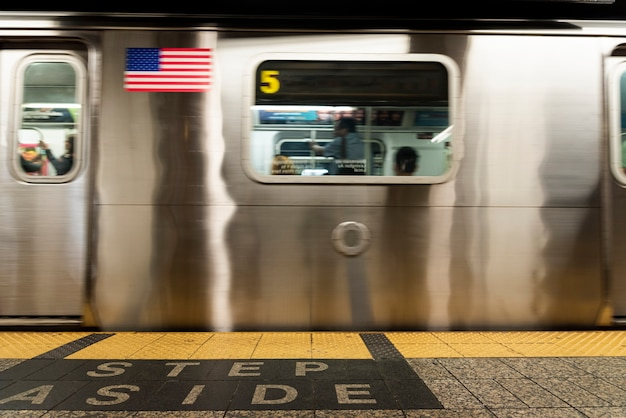 Vista frontale della metropolitana nella stazione