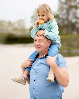 Vista frontale della nipote e del nonno