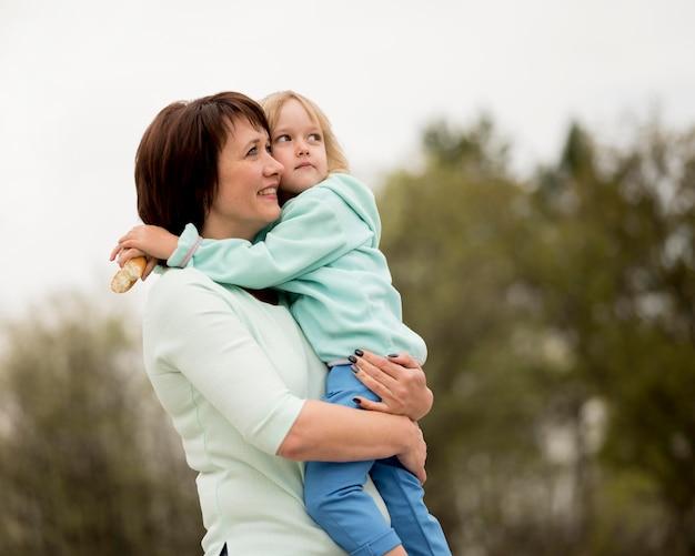 Vista frontale della nonna e nipote