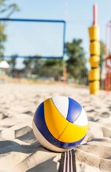 Vista frontale della pallavolo sulla spiaggia di sabbia