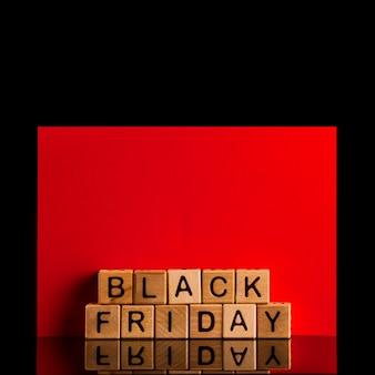 Vista frontale della parola nera di venerdì su backgoung rosso e nero