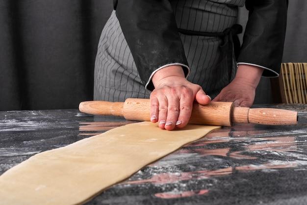 Vista frontale della pasta di rotolamento del cuoco unico