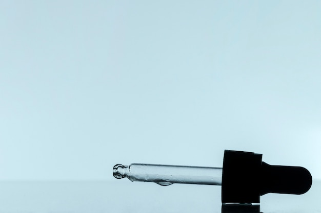Vista frontale della pipetta con liquido e copia spazio