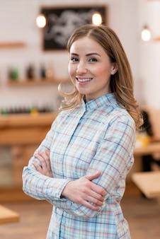 Vista frontale della ragazza carina barista